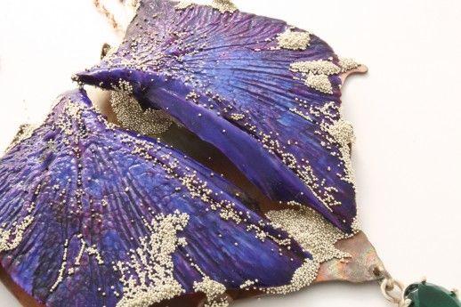 VIKTORIA MUNZKER - Hyacinthina  - Crystal Odyssey - Halskette  Operculum, Bronze, Silber, Glasstein, Granulat  2016