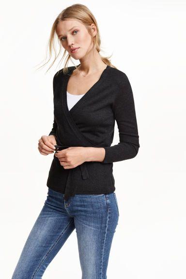 Casaco traçado em malha fina: Casaco traçado em malha fina e macia com uma percentagem de lã. Tem mangas compridas e cinto de atar.