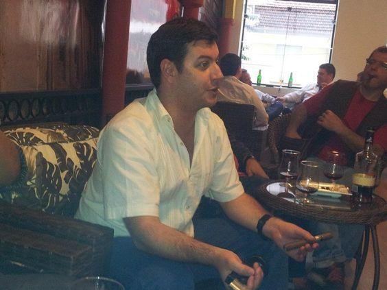 Philip Ili Barake , Cigar Sommelier e embaixador do Ron Zacapa, degustando um Charuto Damatta Graduado !!