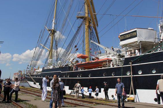 Барк Крузенштерн принимает посетителей в торговом порту Калининграда