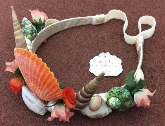 Coroa com conchas,flores e pérolas.  Na tiara encapada de off White: