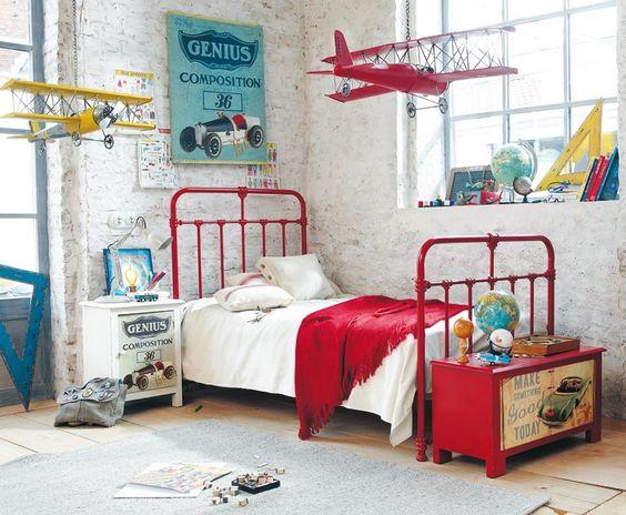 Une chambre pour un petit garçon aviateur. http://www.m-habitat.fr/par-pieces/chambre/deco-pour-une-chambre-de-garcon-2733_A