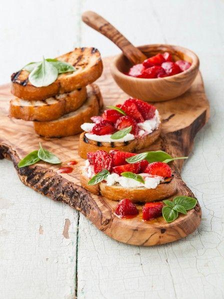 Wunderschön anzusehen und herrlich im Geschmack: Erdbeer-Bruschetta. Ob süß oder herzhaft, zum Frühstück oder Abendessen - in wenigen Minuten fertig.