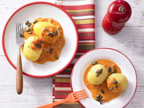 Mild-würziges Mittagsmahl mit knusprigen Kürbiskernen: Kartoffeln in Paprika-Rahmsauce - Für 1 Erw. und 1 Kind (1–6 Jahre) - smarter - Kalorien: 491 Kcal - Zeit: 30 Min. | eatsmarter.de
