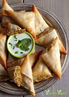 indiase samosa's met raitadip - 10 vellen filodeeg, 1 zoete aardappel (à 175 gram), 100 g doperwten, 1 kleine ui, 2 teentjes knoflook, 2 tl kerrie, 2 tl garam massala, 1 tl komijn, ½ tl cayenne peper, ½ tl gemberpoeder, ⅛ tl zout, 2 el sesamolie, optioneel: 2 el tahin Voor de raitadip: 150 ml soja yoghurt, ⅓ komkommer, 1 teentje knoflook, 1 handje vol muntbladeren, zout naar smaak