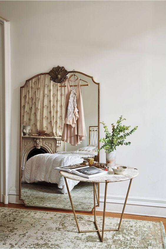 Un rincón en el dormitorio- Clásico con un toque de glamour. Una gama cromática reducida y relajante con toques dorados y líneas curvadas.