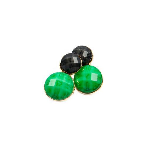 Brincos com base de metal (dourado) e pastilhas de pedras nas cores preta e esmeralda. R$45.