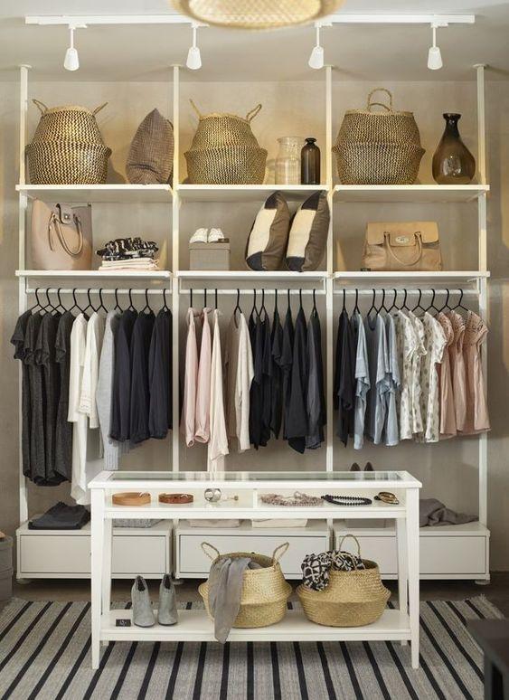 Todos nos hemos imaginado, especialmente muchas mujeres, tener un maravilloso vestidor junto a nuestra habitación. Espacioso, ordenado, y con muchos pero que muchos zapatos. Parece muy caro poder tener un vestidor a medida, pero la...