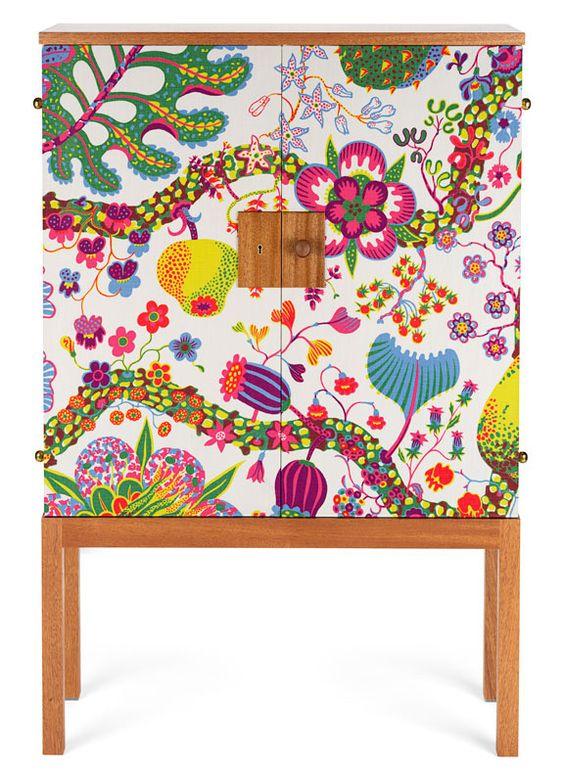 now this inspires a modge podge project.....Cabinet de Josef Frank recouvert de tissu Brazil (Svenskt Tenn)