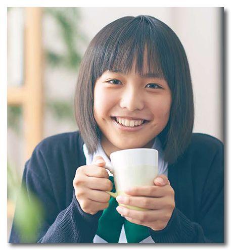 マグカップを持つ駒井蓮