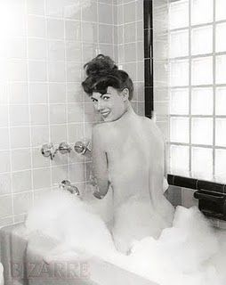 Photographer Bunny Yeager (née Linnea Eleanor Yeager) was one of the most popular models in Florida in the 40s, though she is now best known for her photographs of Bettie Page. Pour voir d'autres stars dans leur bain : https://danstasalledebain.wordpress.com/2015/09/29/7-stars-qui-se-la-coulent-douce-dans-leur-salle-de-bain/