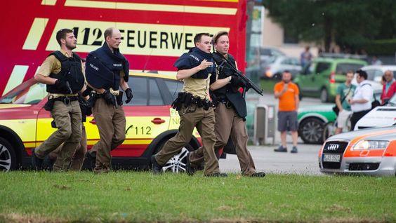 """Varias personas han muerto hoy en una balacera registrada en un centro comercial de Múnich (sur de Alemania), según informa el diario """"Süddeustche Zeitung"""" citando fuentes policiales, que hablan de un solo atacante.Numerosos agentes de la policía y ambulancias rodean el Olympia Einkaufszentrum, lugar donde ocurrió la balacera y en donde también hay heridos; helicópteros sobrevuelan la zona.""""La situación sigue siendo incierta. Quizá sea algo más grande"""", expuso un portavoz..."""
