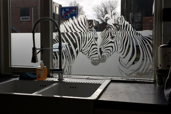 Raamfolie Met Zebra S Als Decoratie Voor Een Keukenraam In Hoorn Keukenraam Raamdecoratie Zebra S