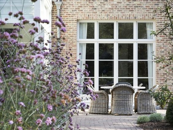 pale lime mortar red brick chalky shades | rattan dining chairs and verbena | Domus Aurea | Exclusieve Villabouw: