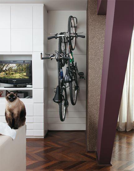 Guardando a bicicleta em casa.: