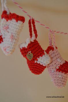 Nach Eurem großen Interesse für die Anleitung der weihnachtlichen Handschuh-Girlande (klick hier) habe ich hier nun eine mit kleinen Stiefelchen für Euch. Meine Girlande besteht nur aus 6 kleinen S...