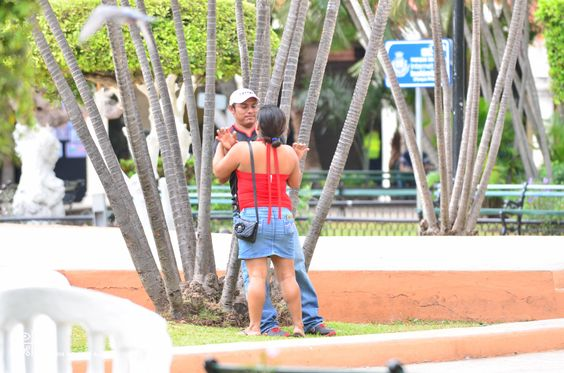 """Love birds"" demonstrating in the quietness of Central Square...Merida, Yucatan, Mexico. Nikon D7000, zoom 200, opening 2;8"