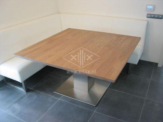 vierkante designtafel met rvs kolom en houten blad van eiken voor bij eetbank