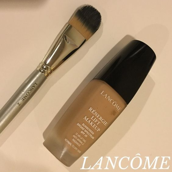 foundation brush #2 gently used Lancôme foundation brush 2. very clean (just cleaned it!). great quality. *foundation NOT included*  ▪️open to offers with offer button.  ▪️bundle and save! Lancome Makeup Brushes & Tools
