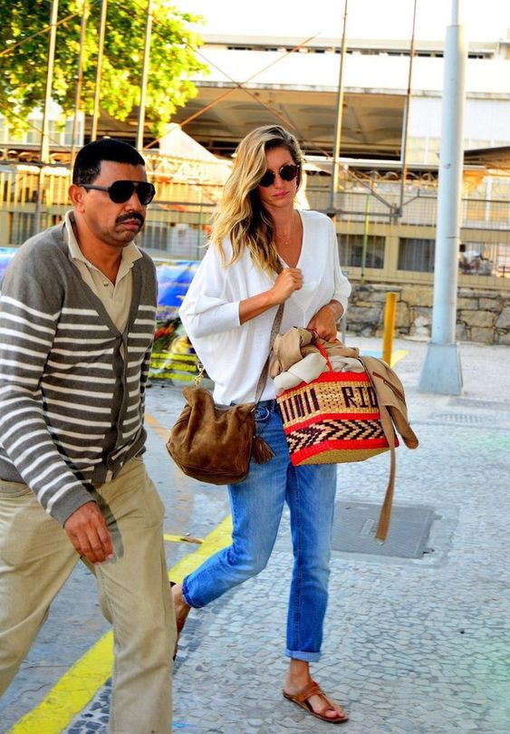 Gisele Bündchen embarca rumo aos EUA com bolsa de palha da Nannacay