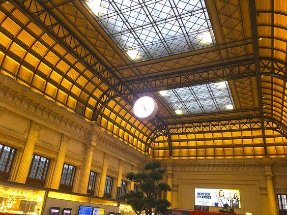 Второй свет и часы внутри вокзала Бордо
