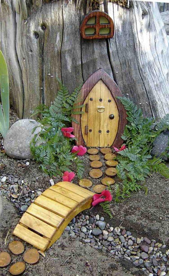 une composition décorative dans le jardin - une porte et une fenêtre minuscules, un étang décoratif et un pont en bois