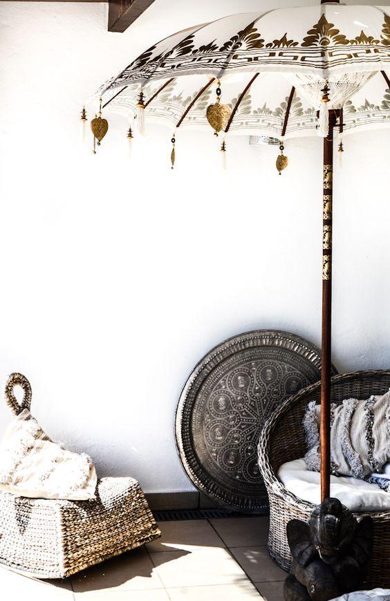 Utiliza sombrillas asiáticas para darle un toque exótico a cualquier rincón: