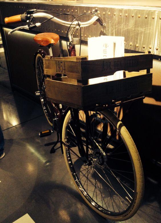 Otro detalle de Mama Framboise... Caja de frutas a modo de cesta de bici para dejar las cartas de sus productos.