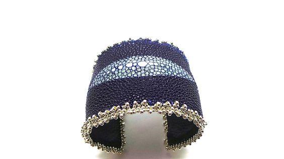 Bracelet large manchette cuir de Galuchat (raie) bleu marine ,perle centrale naturelle : Bracelet par zaza