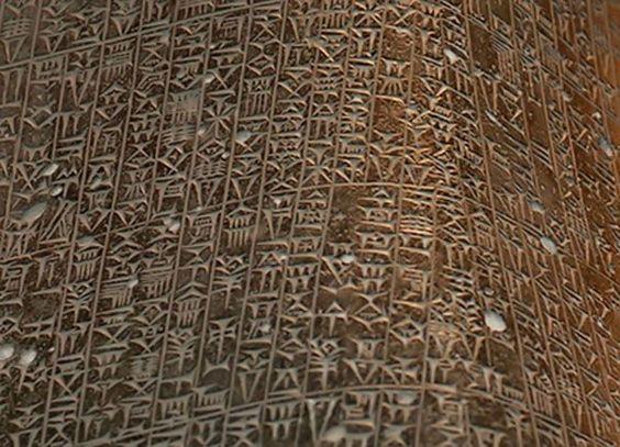 Codice delle leggi di Hammurabi. codice delle leggi di Hammurabi è una delle più famose collezioni di leggi del mondo antico. Hammurabi (regnò dal1792-1750 aC) è stato il sesto sovrano della prima dinastia di Babilonia. Durante il suo lungo regno, ha curato la grande espansione del suo impero, e fece di  Babilonia una grande potenza in Mesopotamia. Al momento della morte di Hammurabi, Babilonia aveva il controllo di tutta la Mesopotamia,  i suoi successori non sono stati in grado di mantenere questo controllo.: