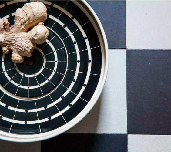 HEDWIG BOLLHAGEN SIEBSCHALE 602   Die HB-Werkstätten für Keramik wurden im Jahr 1934 von der Künstlerin Hedwig Bollhagen gegründet. Seit über 80 Jahren entstehen dort zeitlose Keramiken in ehrlicher Handarbeit. Die filigranen und geometrischen Dekore der HB-Ritz Serie sind in ihrer klassischen Strenge zeitlos und machen jedes einzelne Stück zu einem Kunstwerk und wahren Klassiker.