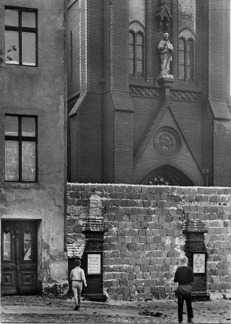 1883 Norbert Nail: Meine Mauer –Zwangsgeräumte und zugemauerte Grenzhäuser auf der Ostseite der Bernauer Straße, 1962 (Foto: SCHIKKUS).