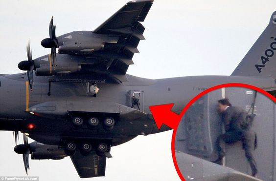 Mission Impossible 5 tournage : Tom Cruise accroché à un avion en plein vol (via Daily Mail - http://dailym.ai/1GcZ6Fq)