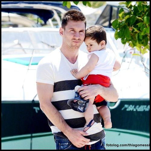 Leo e o pequeno Titi : Foto lindinha dos meus dois amores em Ibiza nas férias passada.  Bom fim de semana e feliz dia das mães para todas as mamães | thiagomessi