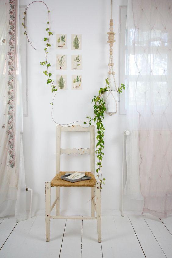 Antiker Stuhl mit Geflecht by boheme-living.com