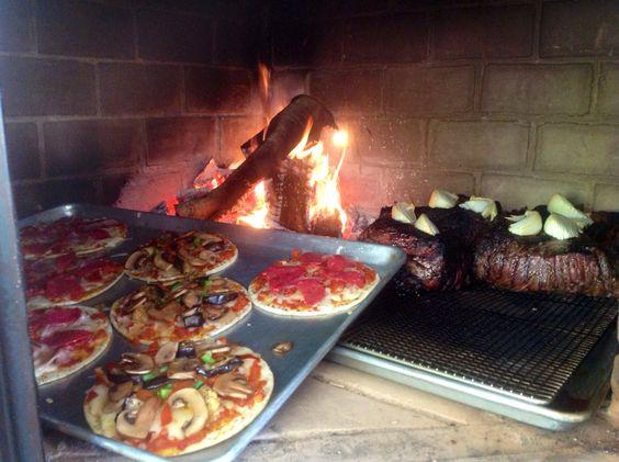 Preparando pizzas y rib-eye a la leña