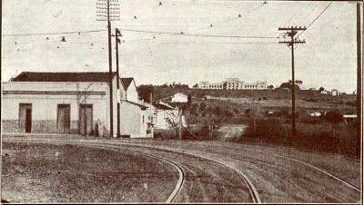 Na fotografia de 1919, trecho do Cambuci onde seria aberta a futura avenida Independência, que seria batizada como Avenida D. Pedro I. Ao fundo, o Museu Paulista, da USP, popularmente conhecido como Museu do Ipiranga.