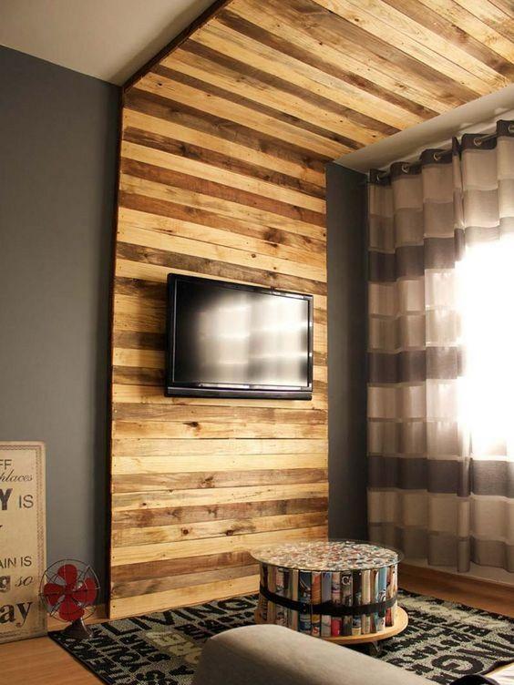 Стена из дерева в гостиной