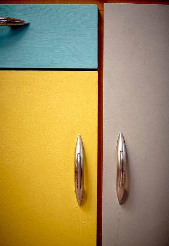 Køkkenskabene er malet i retrofarver med kalkmaling.