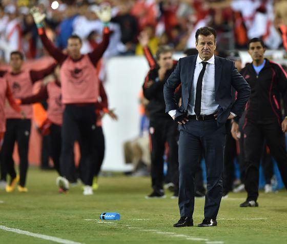 Dunga, em sua última partida da Seleção Brasileira. A derrota por 1 a 0 para o Peru levou à eliminação na Copa América Centenário e à demissão do técnico (Foto: Hector Retamal/AFP)