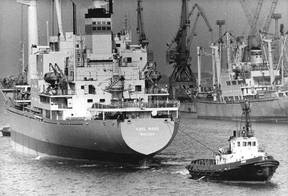 File:Bundesarchiv Bild 183-1983-0330-002, Rostock, Überseehafen, Frachter, Schlepper.jpg