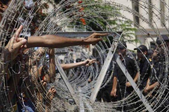Manifestantes egipcios señalan a los soldados en frente de la Corte Constitucional Suprema de Justicia en El Cairo. Foto: AP.