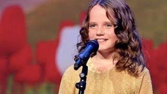 Uma criança canta e surpreende a todos no programa Holanda's Got Talent em 2013. Seu nome é Amira Willighagen e na época ela tinha nove anos.