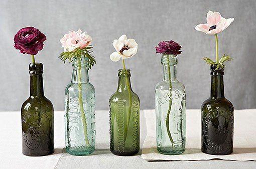 Botellas de cristal como floreros