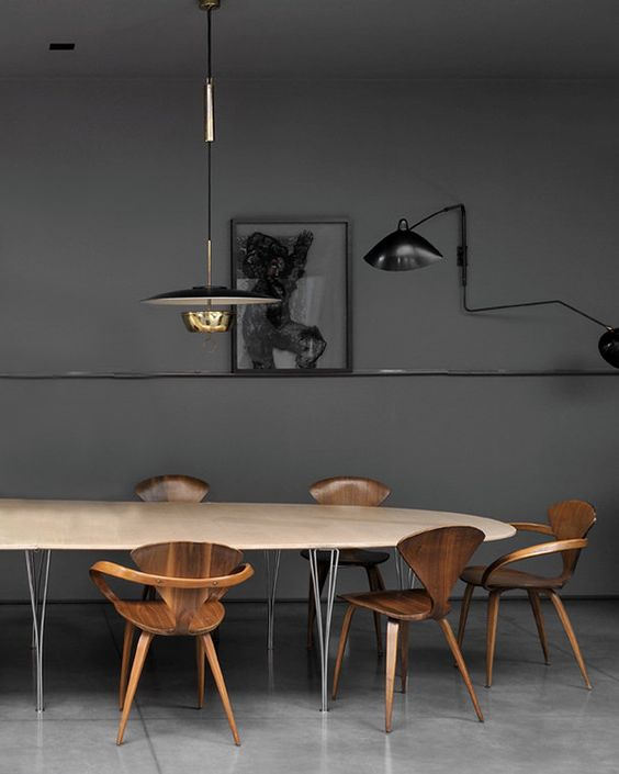 Γγρ│ Sobre et stylée, cette salle à manger est classe par ses simples murs noirs et ses luminaires au design contemporain épuré - Dark Walls | Timber Chairs | Marble Table