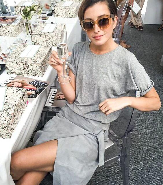 Tee-shirt loose + jupe portefeuille en peau = le bon total look gris (instagram Carmen Hamilton)