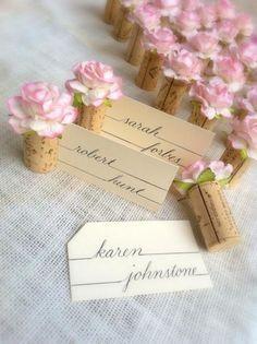 Marque place avec bouchon de vin en liège et fleurs