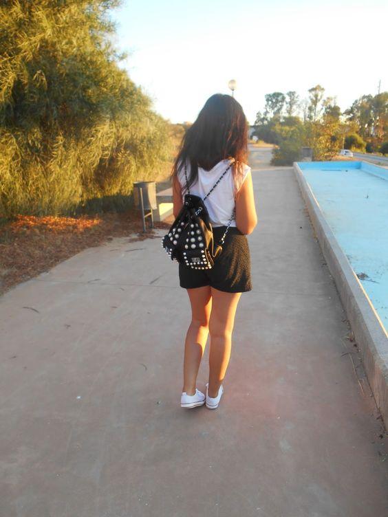 http://unachicasual.blogspot.com.es/2014/09/tendencia-mochila.html  backpack, blanco, negro, black, white, girl, fashion, trend, deportivas, short, camiseta, t-shirt, sneakers, primark, blogger, inspiration
