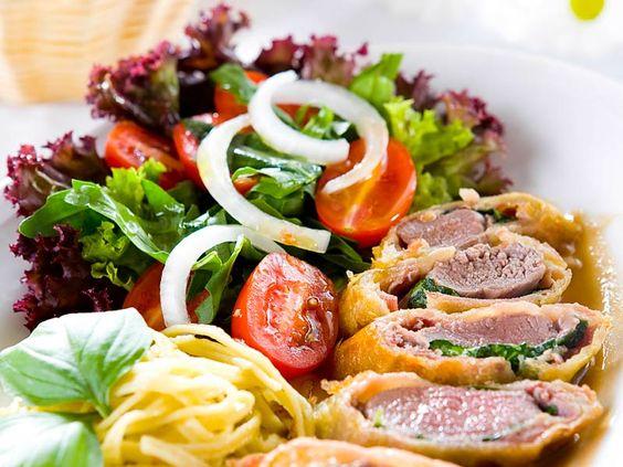Schweinefilet im Mantel mit Tagliatellini und Salat  Zartes saftiges Filet in knuspriger Hülle, für die Hungrigen ein Tagliatellininest und knackig frischer Salat.  Ein wunderbares Sommergericht!  http://einfach-schnell-gesund-kochen.de/schweinefilet-im-mantel-mit-tagliatelle-und-salat/
