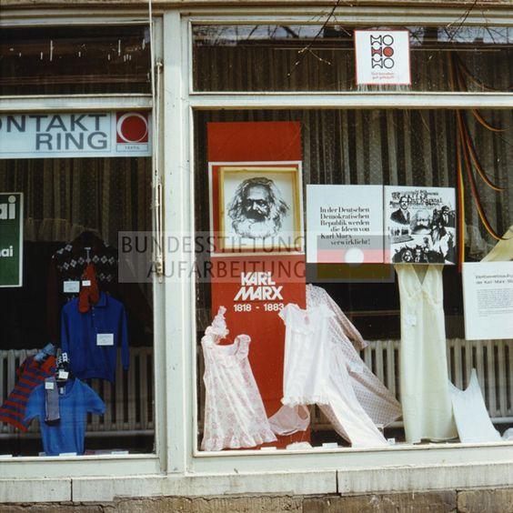Schaufenster eines HO-Geschäfts mit Auslagen von Damen-Unter- bzw. Nachtwäsche im Karl-Marx-Jahr, 1983. © Archiv Bundesstiftung Aufarbeitung, Fotobestand Uwe Gerig